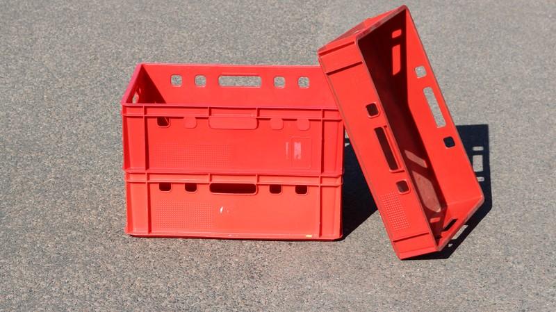 E-Kisten (2x E2-Kiste gestapelt übereinander und daran lehnend eine E1-Kiste)