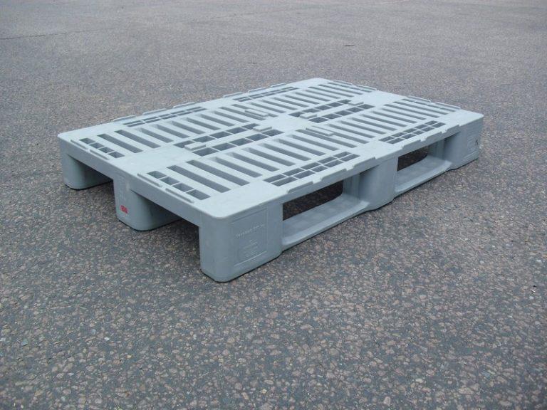 H1-Palette mit den typischen Erhebungen an der Auflagefläche, die das Rutschen der E-Kisten verhindern