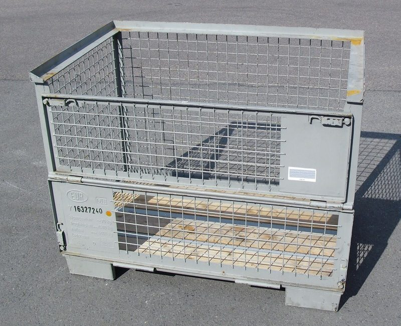 Eine einzelne Gitterbox von der Sonne angestrahlt
